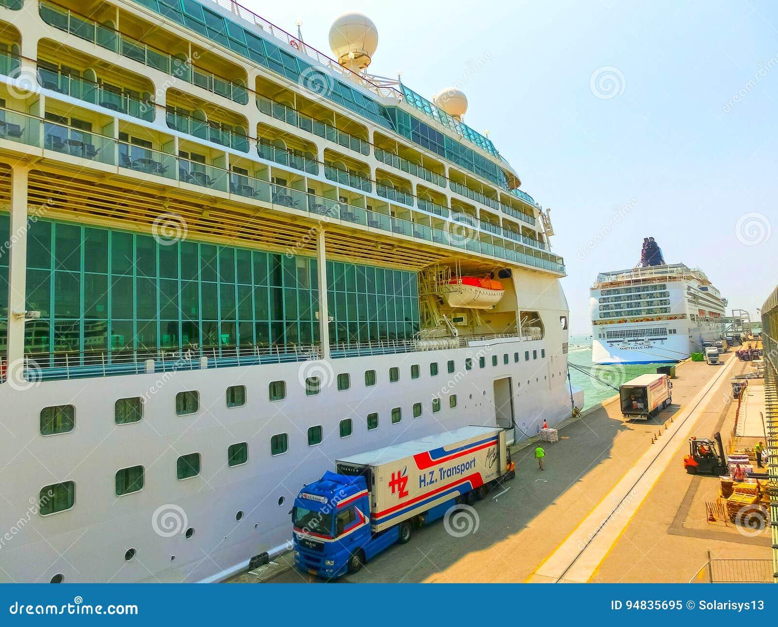 Venedig, Italien - 6. Juni 2015: Kreuzschiff-Pracht der Meere durch königlichen karibischen International