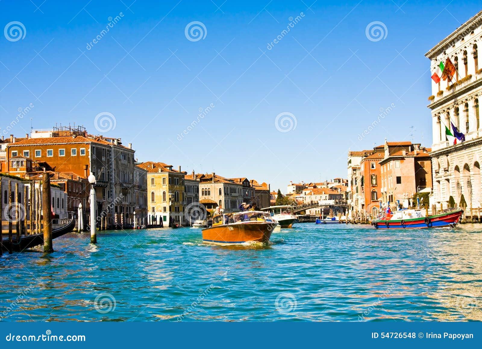 VENEDIG ITALIEN - MARS 28, 2015: Skepp och fartyg med turister på Grand Canal, Veni Varje år 20 miljon turistbesök Venedig