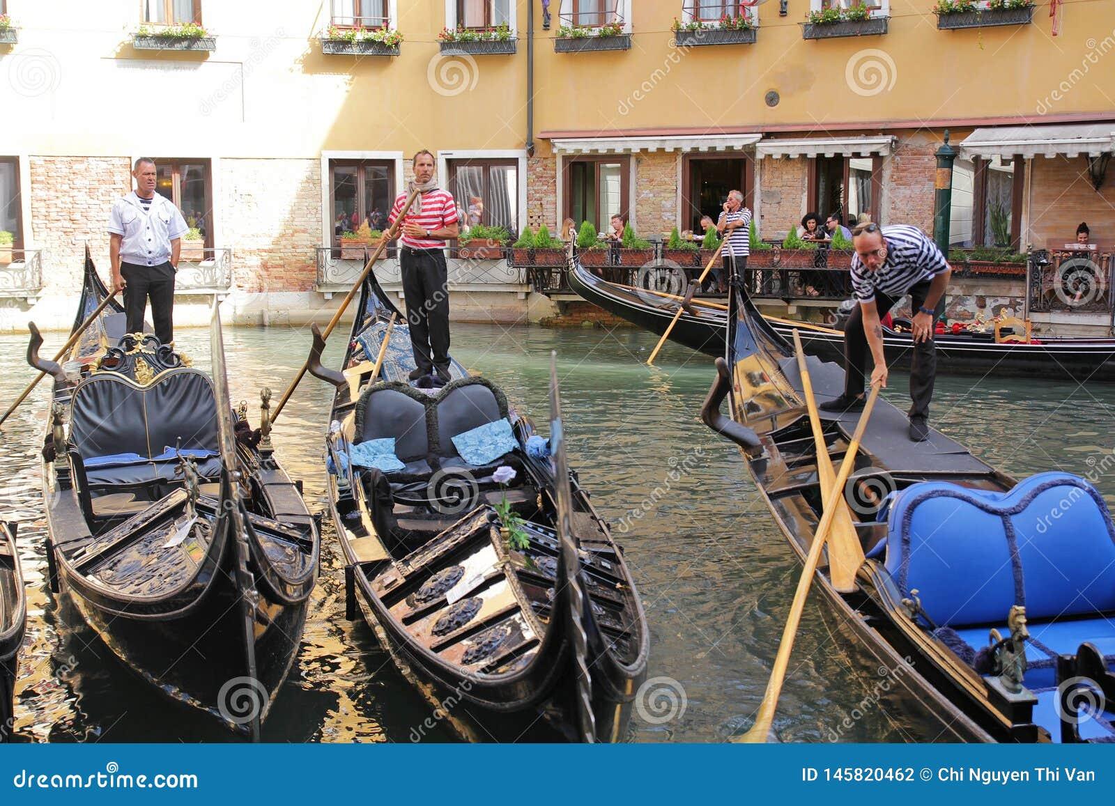 Venedig, Italien - September 04,2017: Sch?nes Gondelboot auf dem Meer mit bunten H?usern an Venedig-Stadt