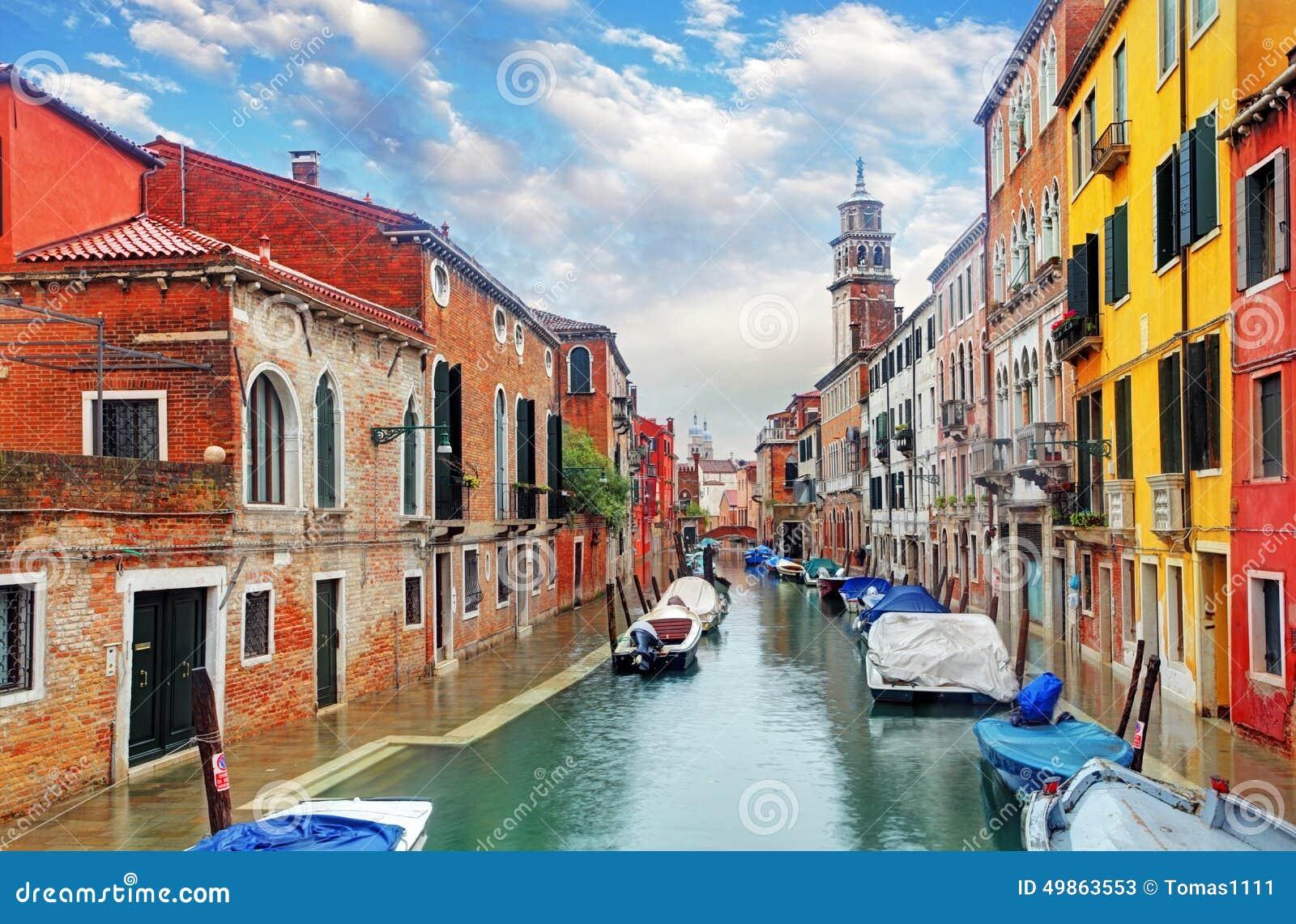 Venedig kanal med skeppet