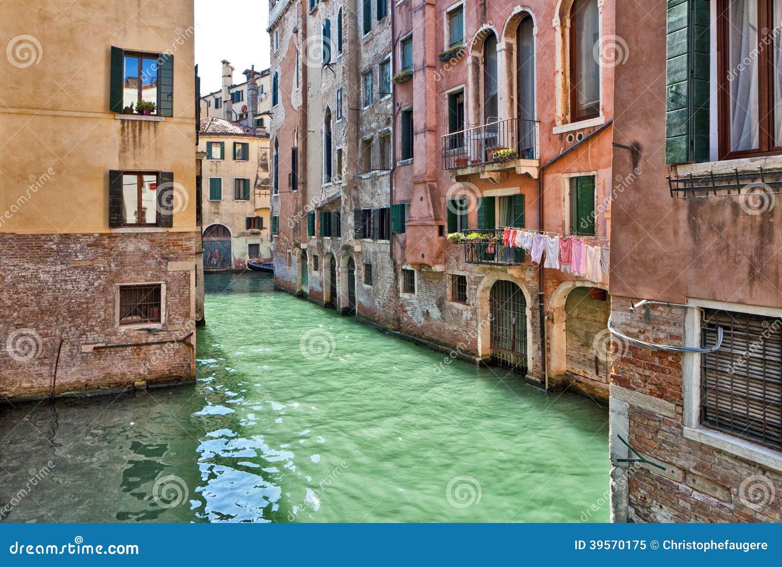 Venedig kanal med typiska vattendörrar