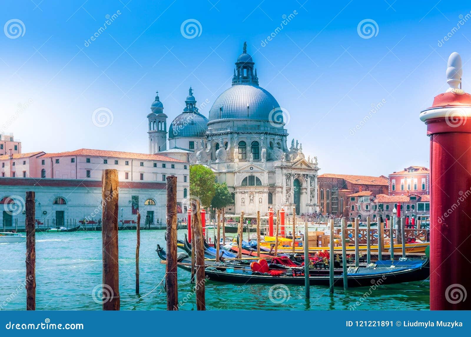 Venedig sikt på kyrkliga basilikadi Santa Maria della Salute och kanalen med gondoler