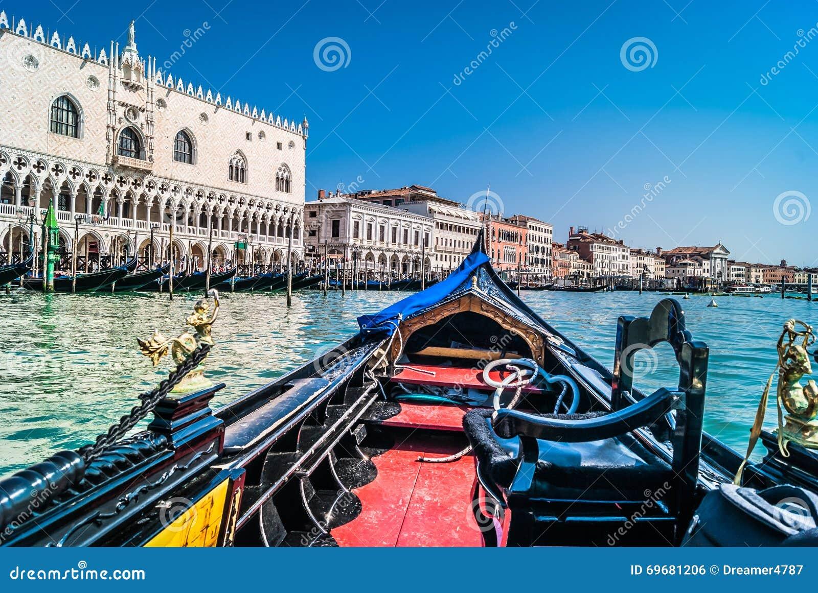 Venedig-Stadtbild von der Gondel, Italien