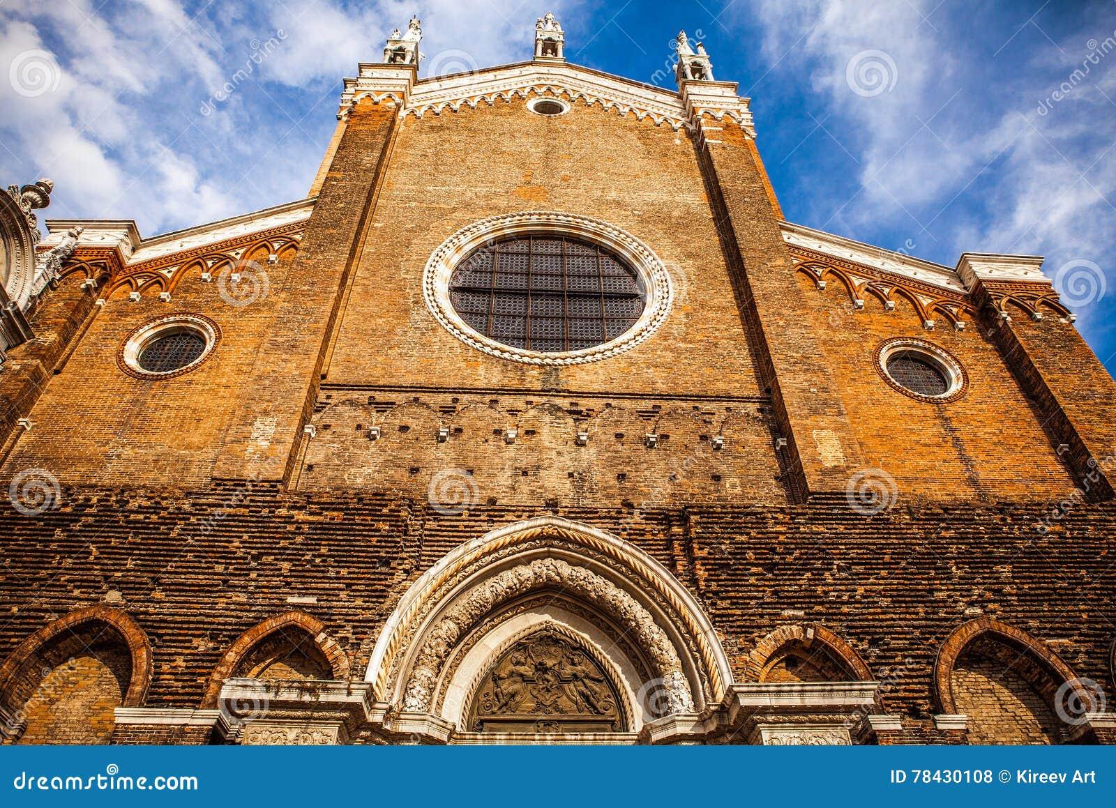 VENETIË, ITALIË - AUGUSTUS 20, 2016: Beroemde architecturale monumenten en voorgevels van oud middeleeuws het eilandclose-up van