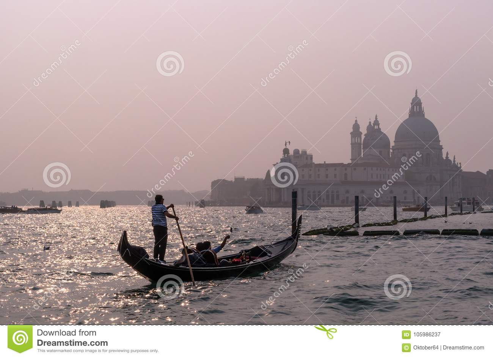 Venetië, Italië - Oktober 13, 2017: De gondelier stelt een gondel met toeristen in de wateren van het Kanaal Grande in in werking