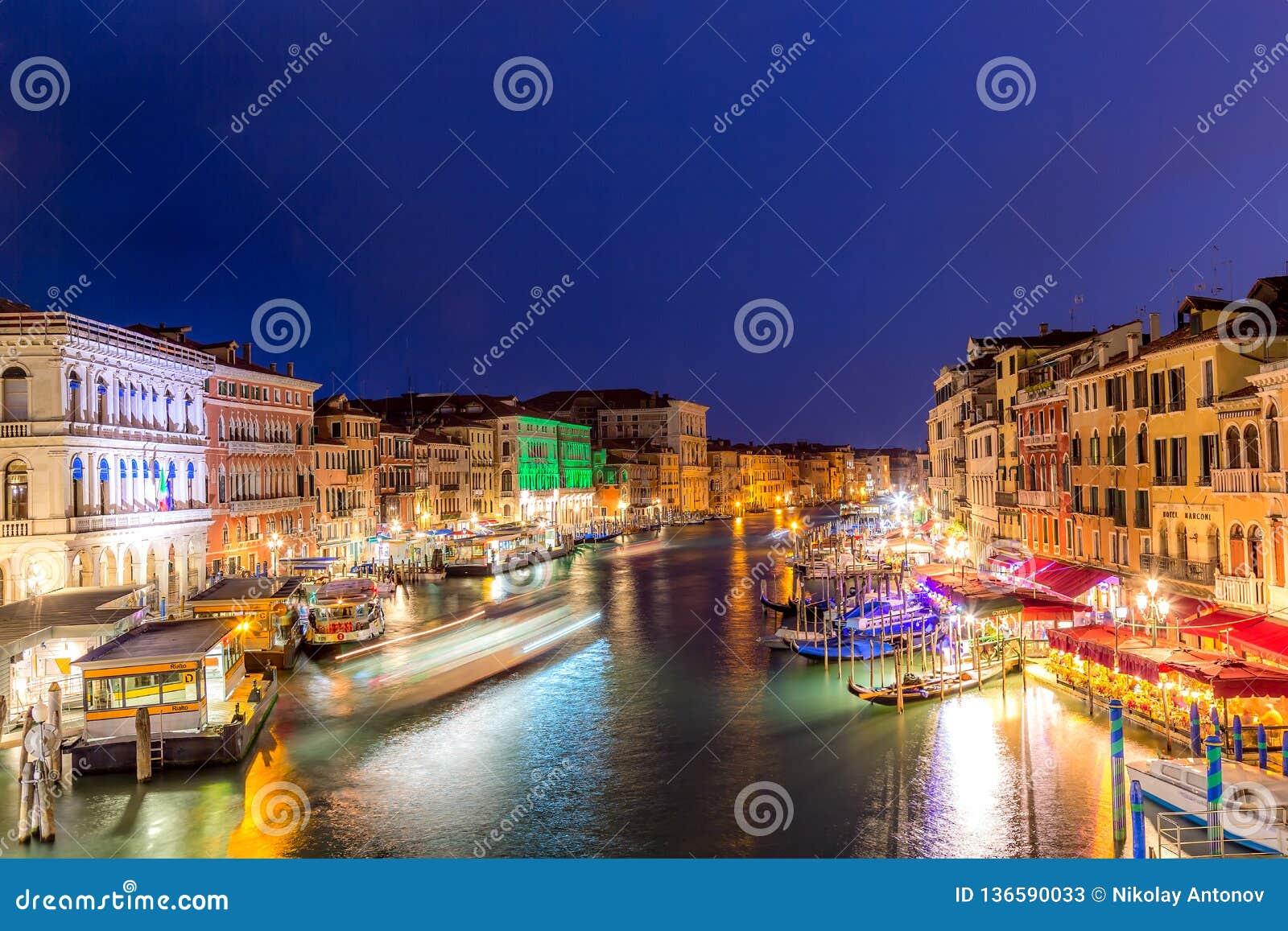 Venetië, Italië - September, 2018: Grand Canal bij zonsondergangschemering in Venetië, Italië Mening van Brug Rialto