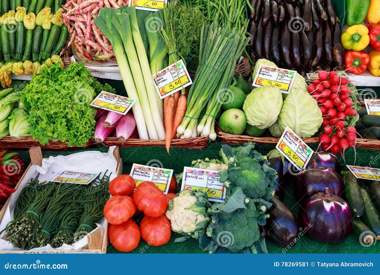 Venetië, Italië - september 2016, markt Vishandelaar op het werk Tabletten met prijs van tomaten, kool, aubergine, rabarber, uien