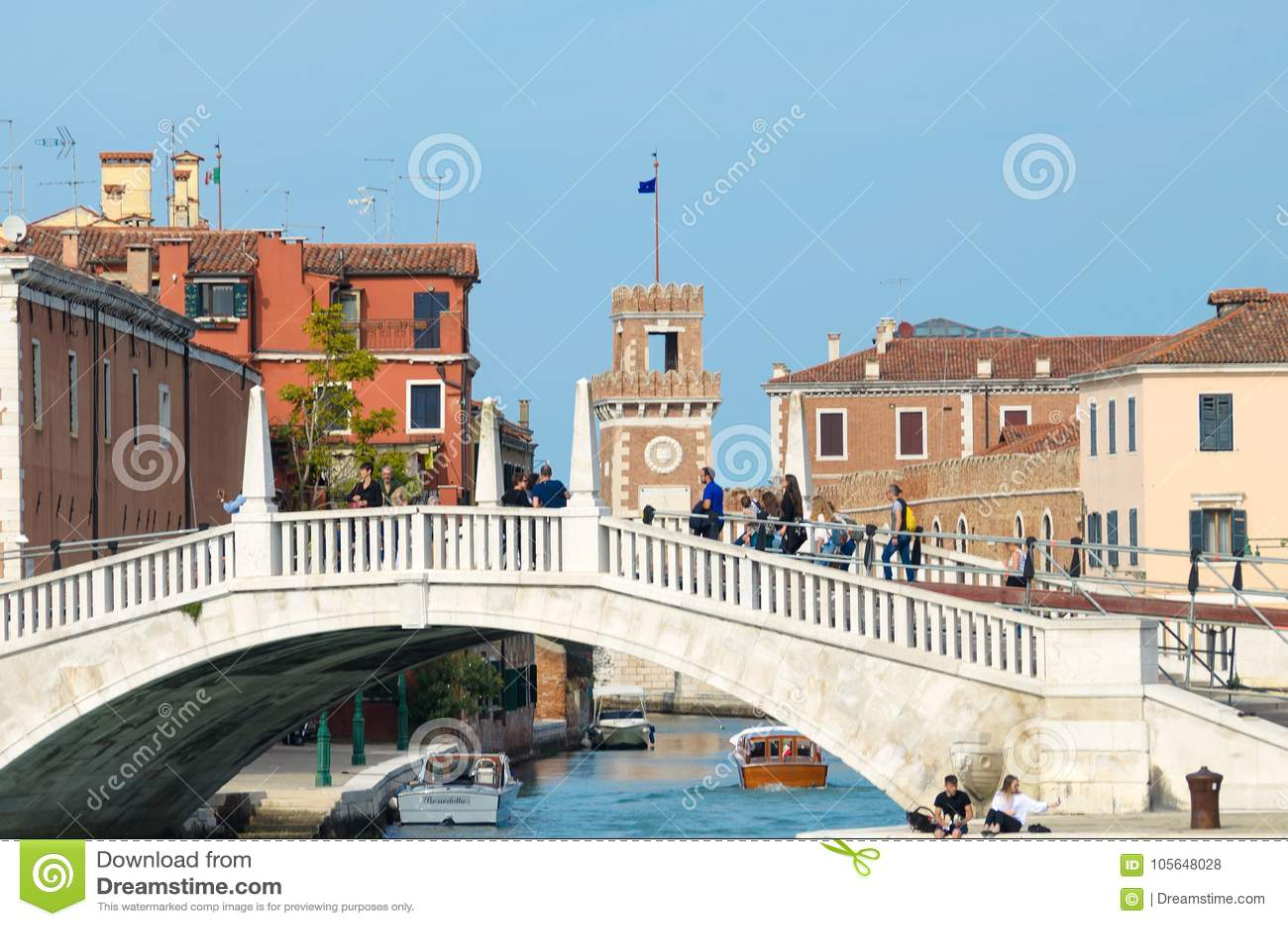 VENETIË, ITALIË - SEPTEMBER 29, 2017: Motorboten en brug