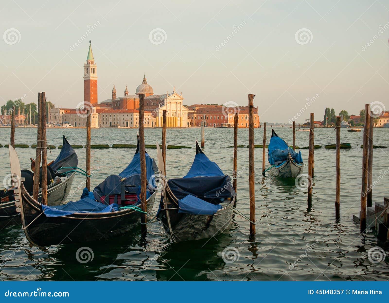 Venetië met gondels op Groot kanaal