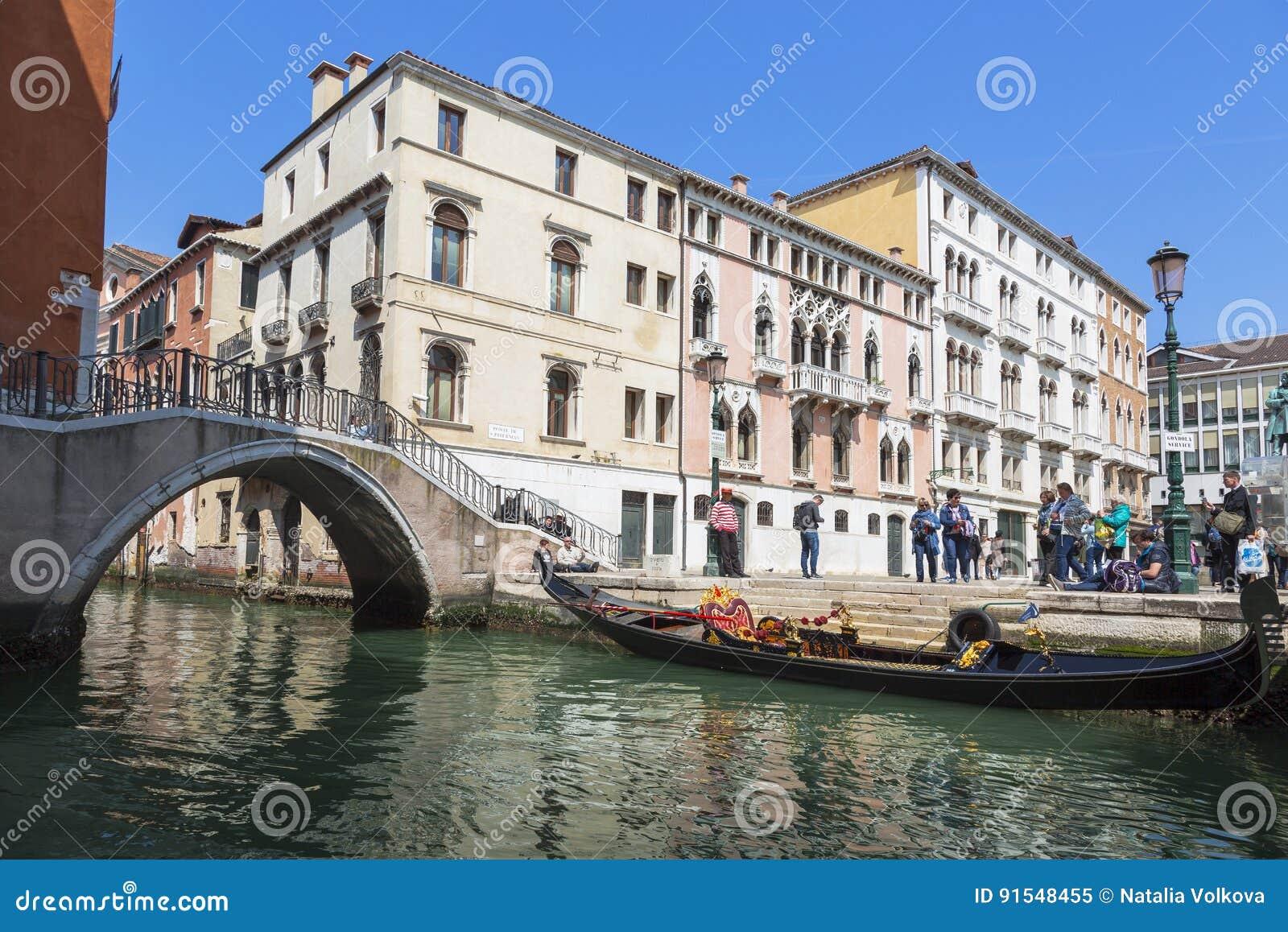 Venetië Stedelijk landschap met kanaal, brug, gondel, toeristen