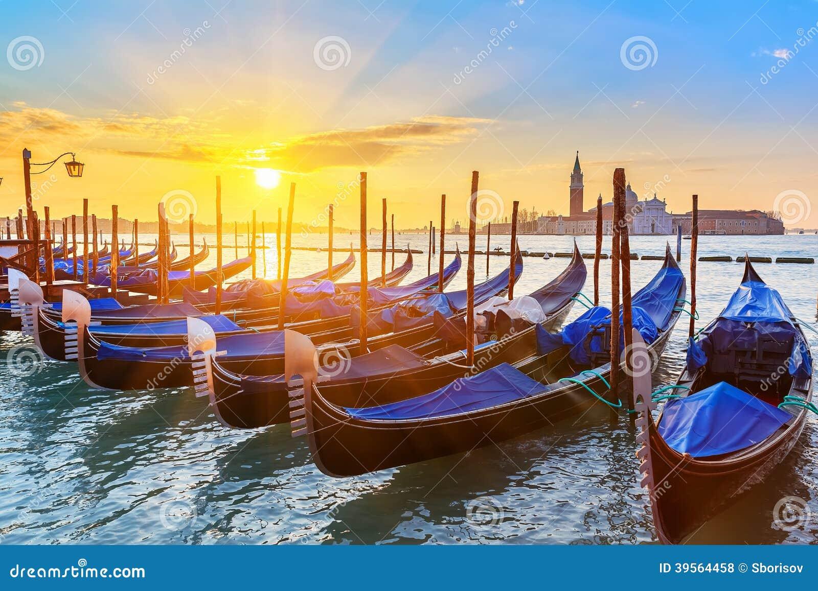 Venetiaanse gondels bij zonsopgang