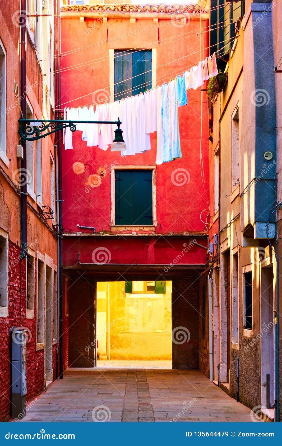 Venetian borggård med att torka linne