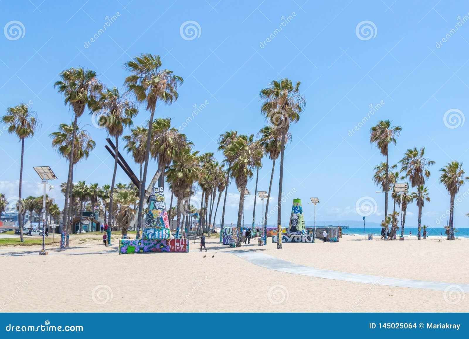 VENEZA, ESTADOS UNIDOS - 21 DE MAIO DE 2015: Oceano Front Walk em Venice Beach, Calif?rnia Venice Beach ? um da maioria de popula
