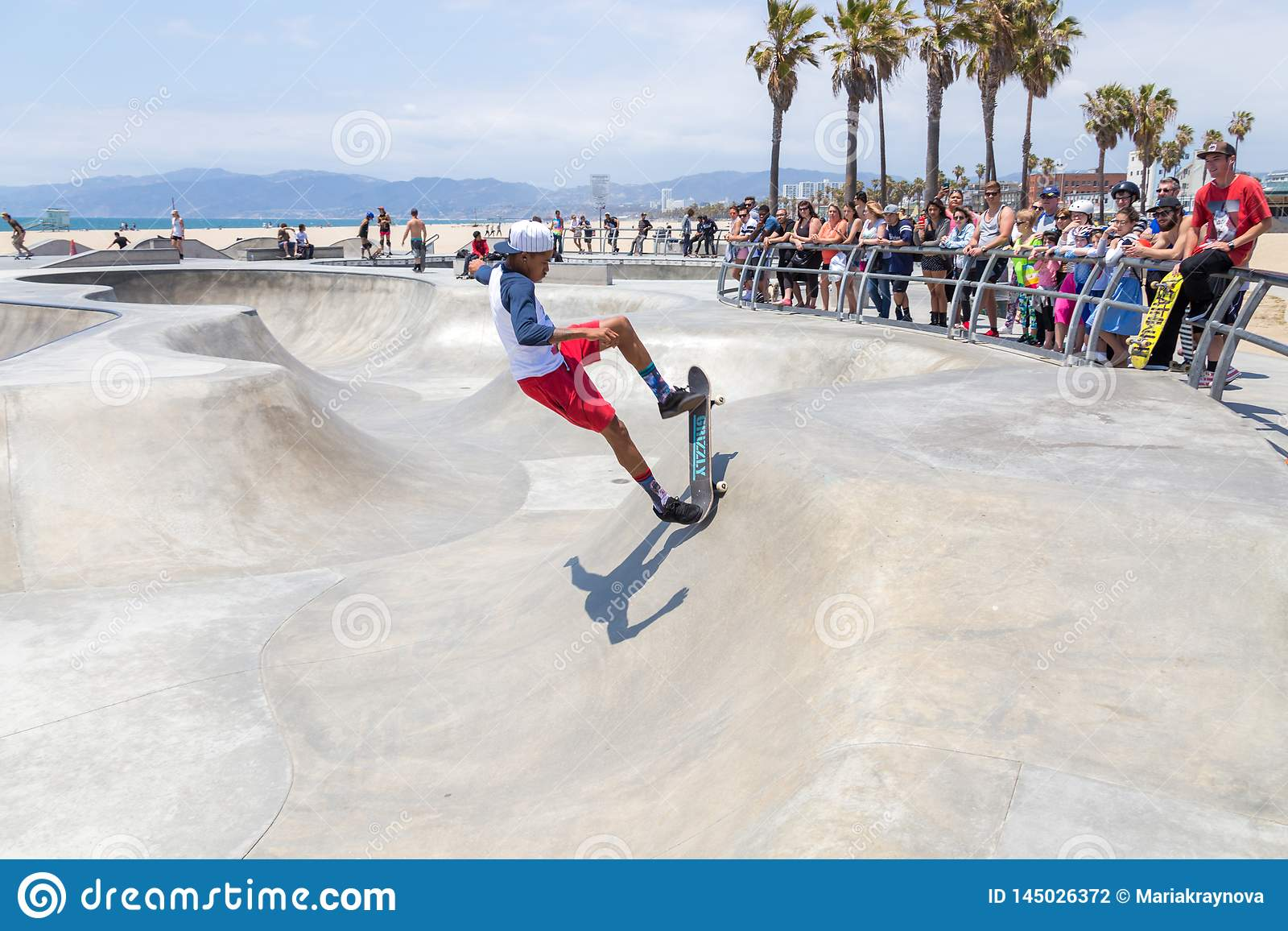VENEZA, ESTADOS UNIDOS - 21 DE MAIO DE 2015: Oceano Front Walk em Venice Beach, Skatepark, Calif?rnia Venice Beach ? um de