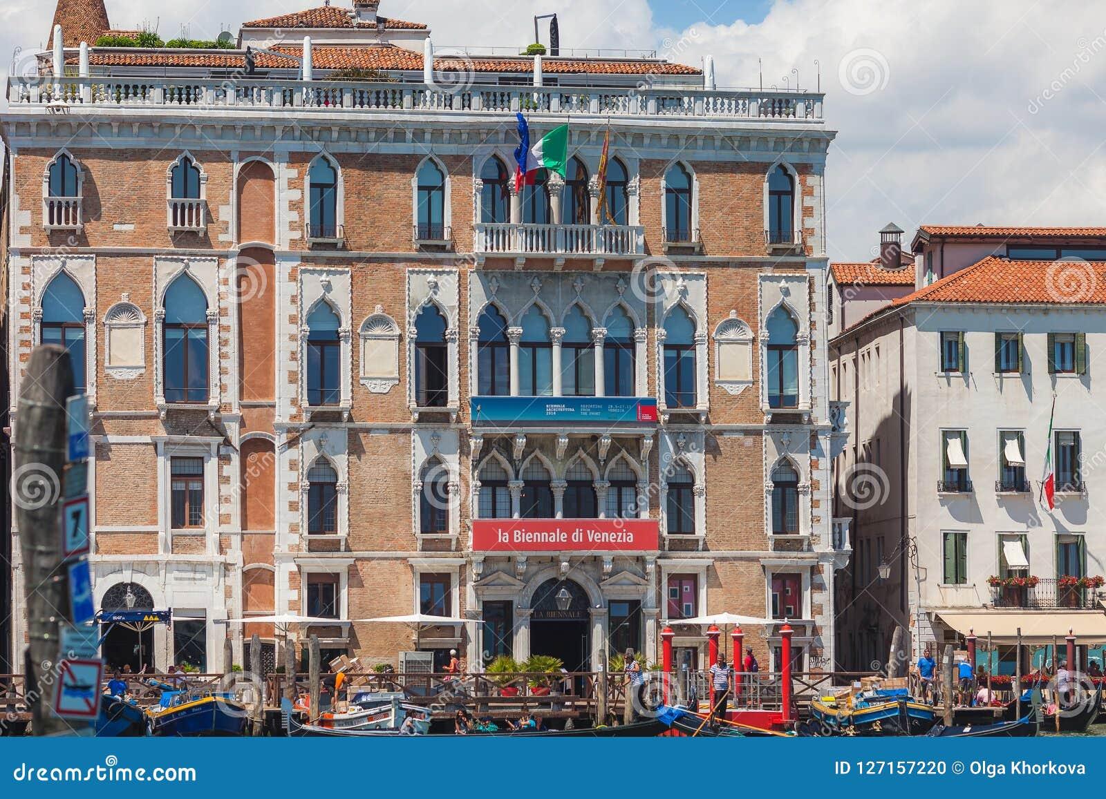 VENEZA, ITÁLIA - 15 DE JUNHO DE 2016: Construção do ` Giustinian-Morosini em Grand Canal, Veneza de Palazzo Ca, Itália