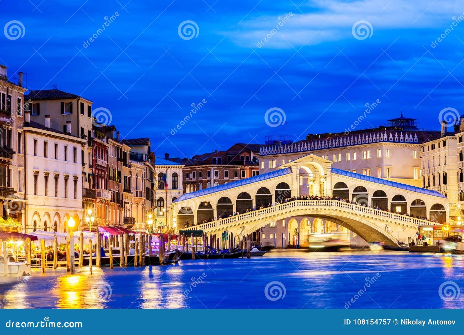 Veneza, Italy Ponte e Grand Canal de Rialto na hora azul crepuscular Conceito do turismo e do curso