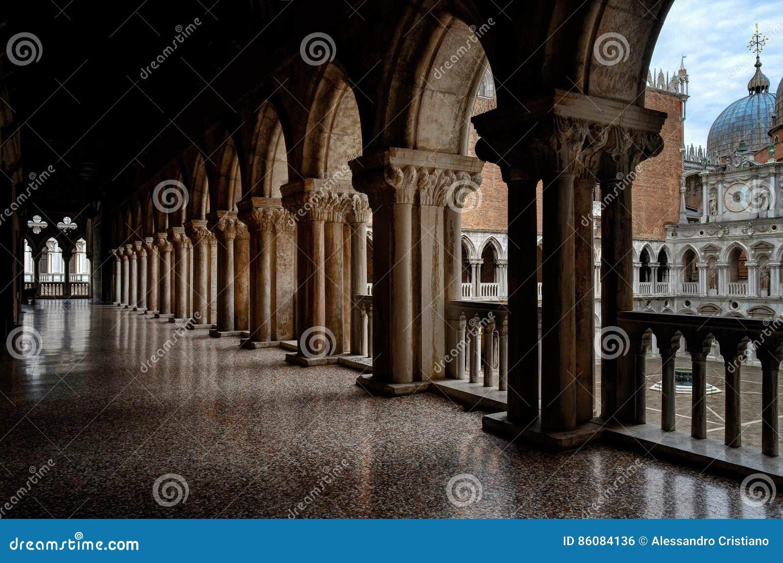 Venezia, balcone del palazzo del ` s del doge