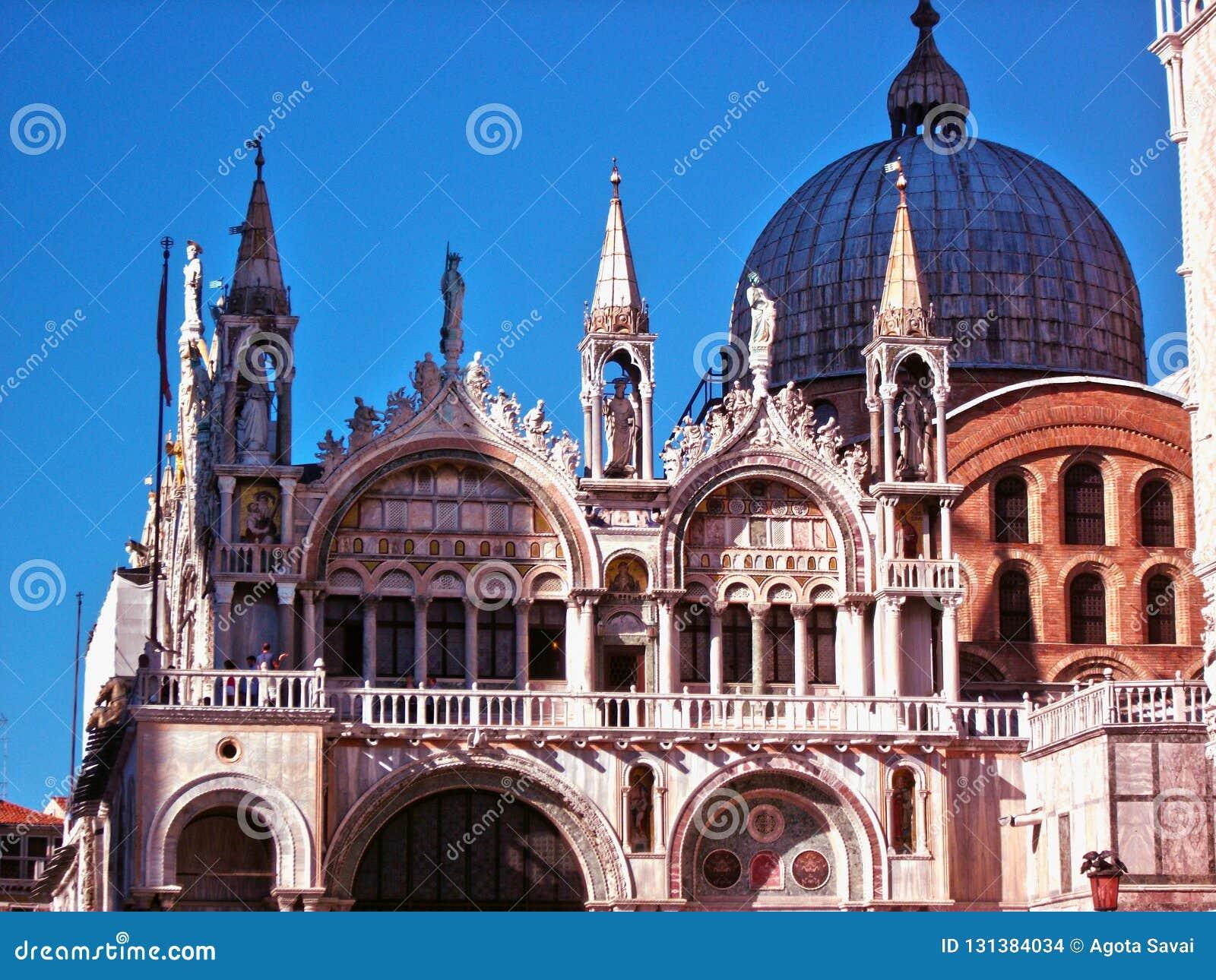 Venezia, facciata della basilica di San Marco, cielo blu in Italia