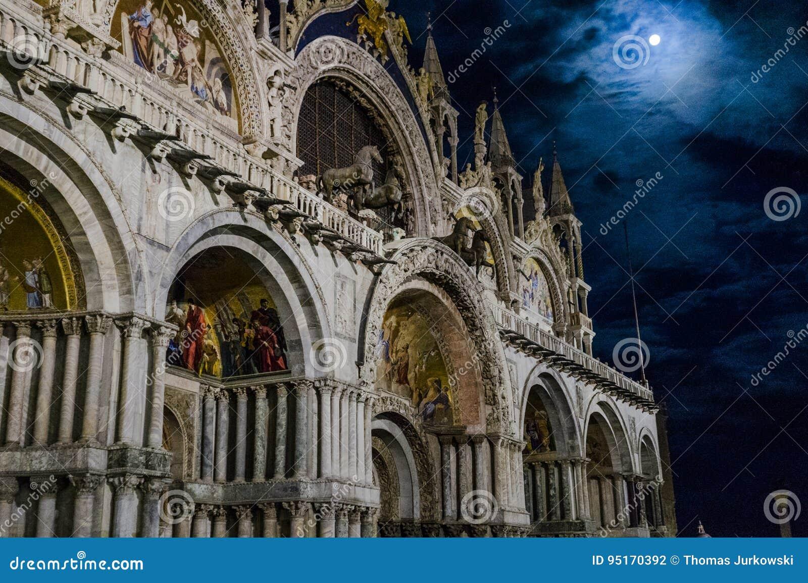 Venezia in Italia alla notte