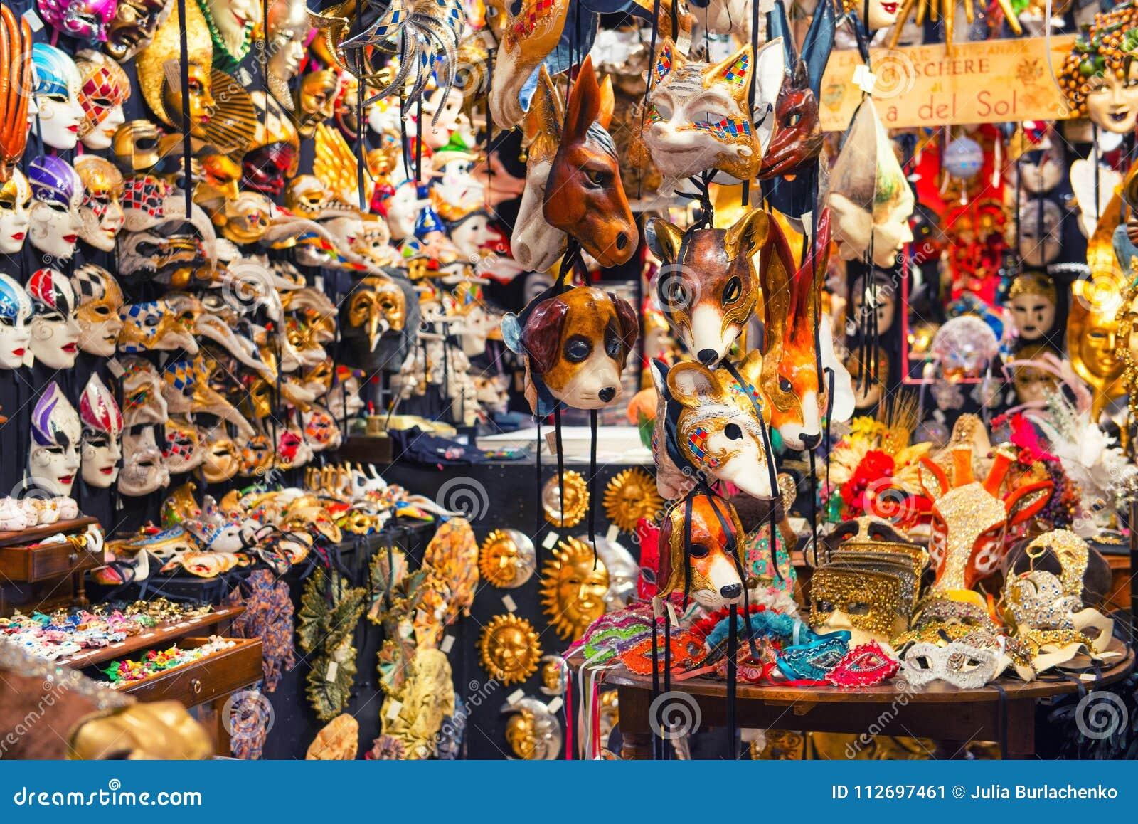 25 04 2017 Venezia, Italia Dentro un negozio tradizionale della maschera in Veni
