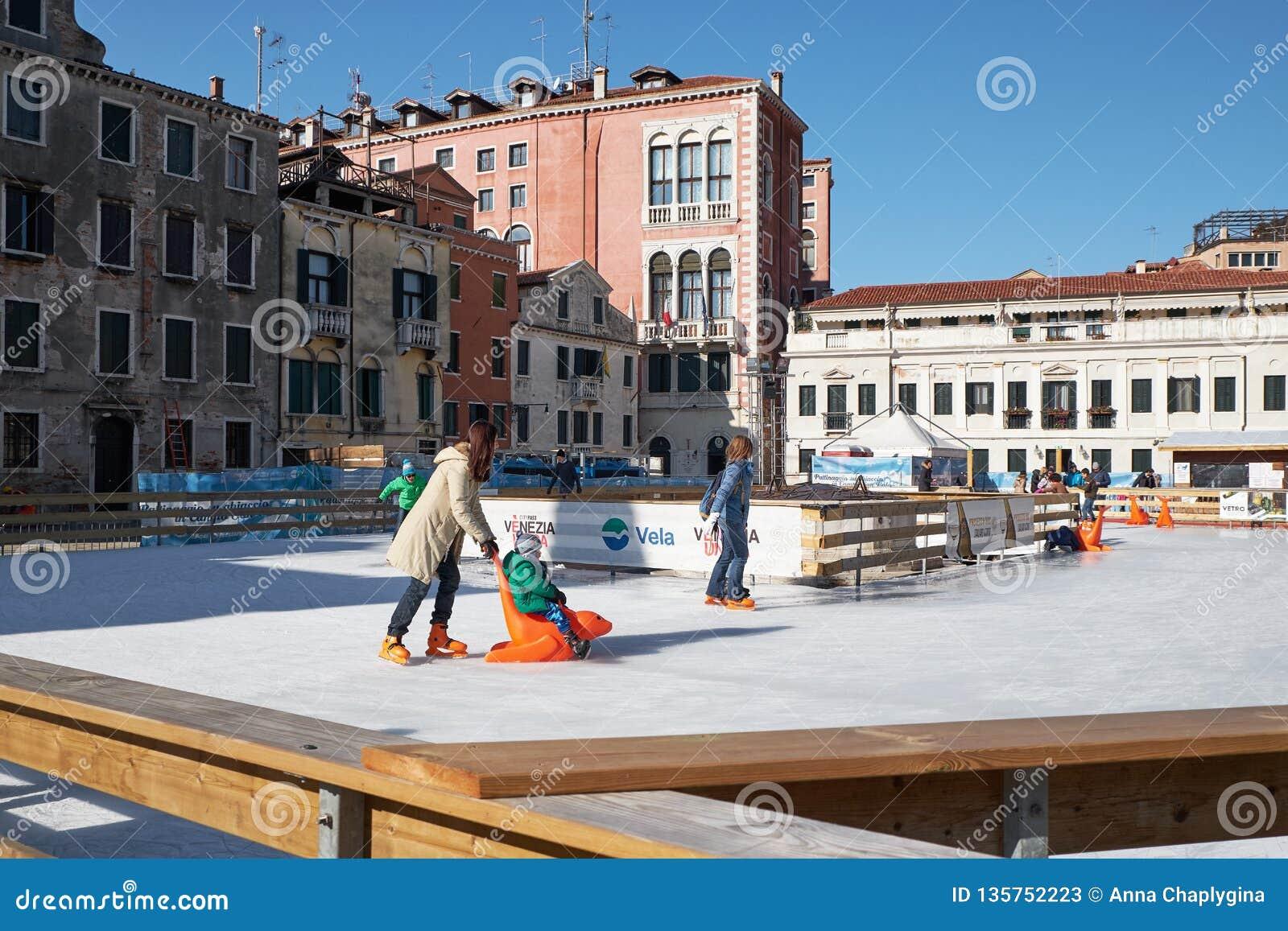 Venezia, Italia - 10 febbraio 2018: La gente sulla pista di pattinaggio di pattinaggio su ghiaccio