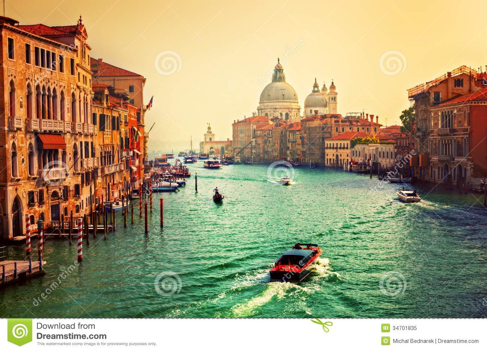 Venezia, Italia. Grand Canal e basilica Santa Maria della Salute al tramonto