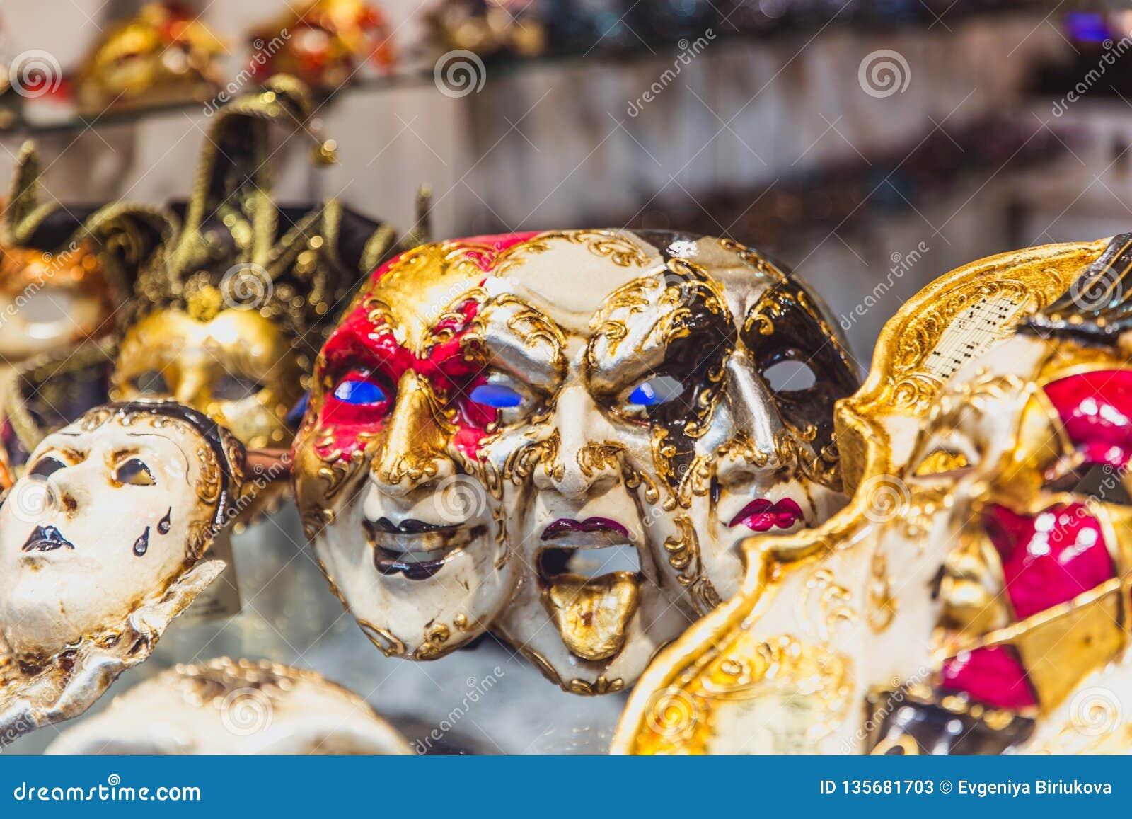 VENEZIA, ITALIA - OKTOBER 27, 2016: Maschera veneziana fatta a mano di carnevale del colorfull autentico a Venezia, Italia