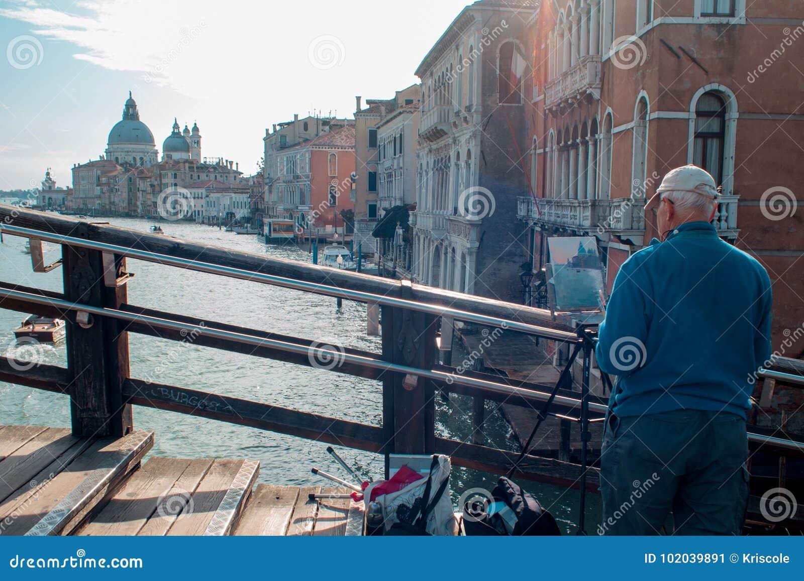 VENEZIA, ITALIA - 8 OTTOBRE 2017: L artista sul ponte dell accademia, fa una pittura dell acquerello