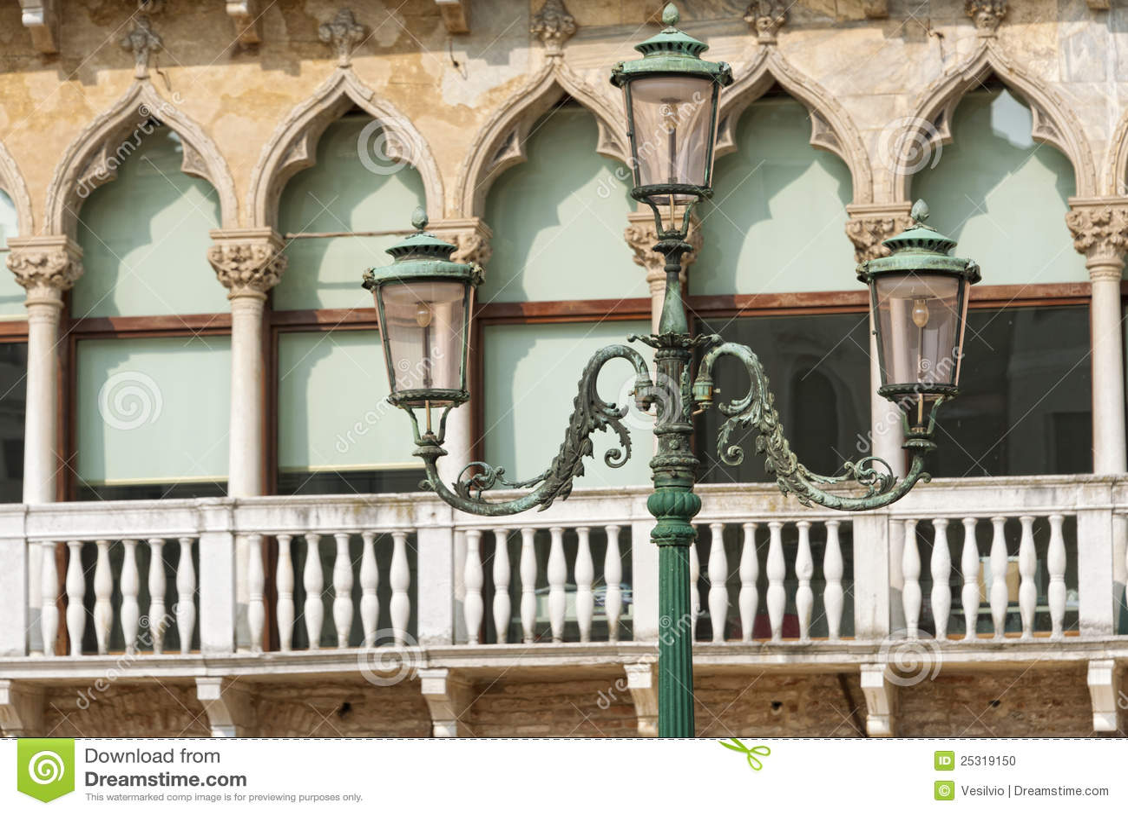 Venezia lampada di via di vecchio stile fotografia stock for Piani di fattoria vecchio stile