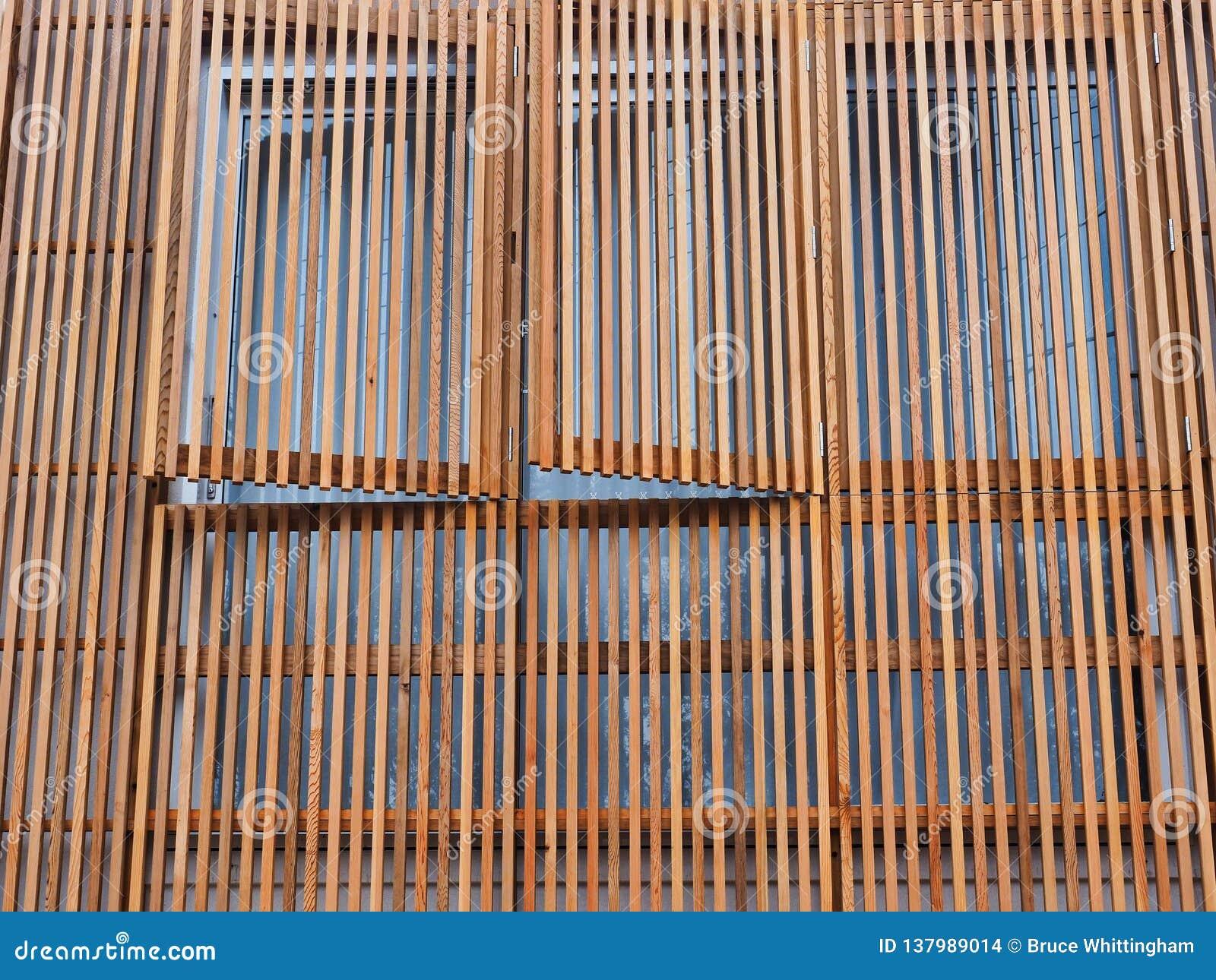 Venezianas de madeira verticais no exterior da casa