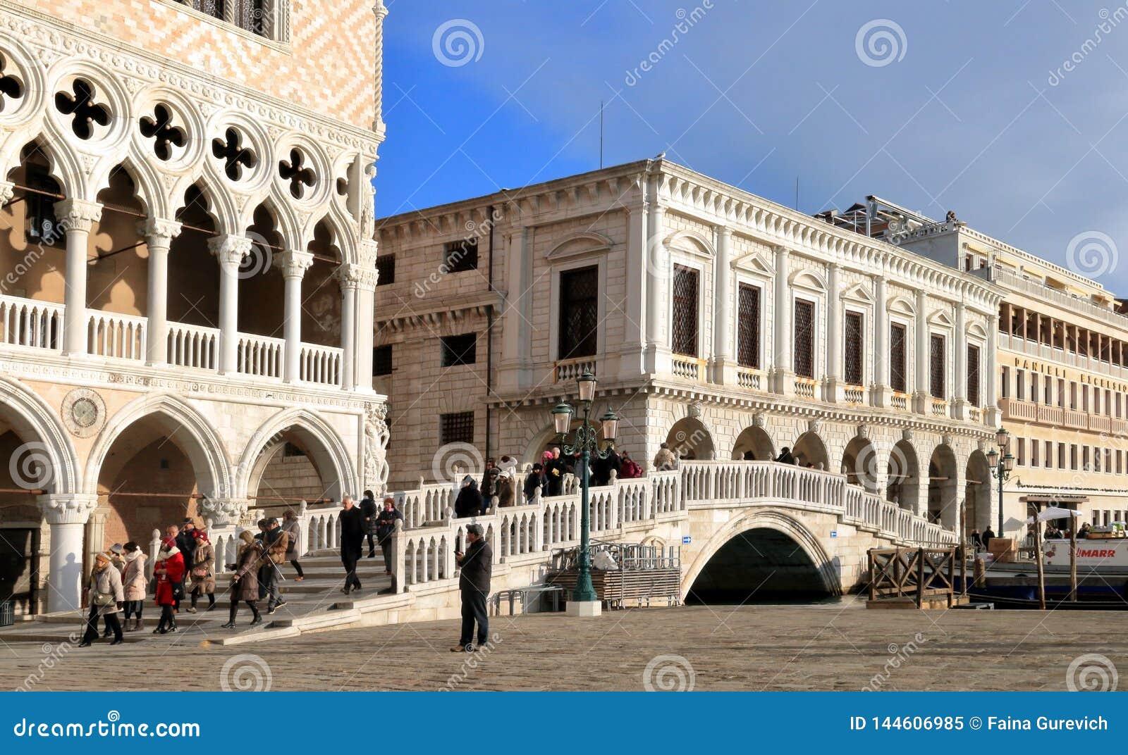 E Взгляд delle Prigioni Palazzo Дукале, Palazzo, и della Paglia Ponte
