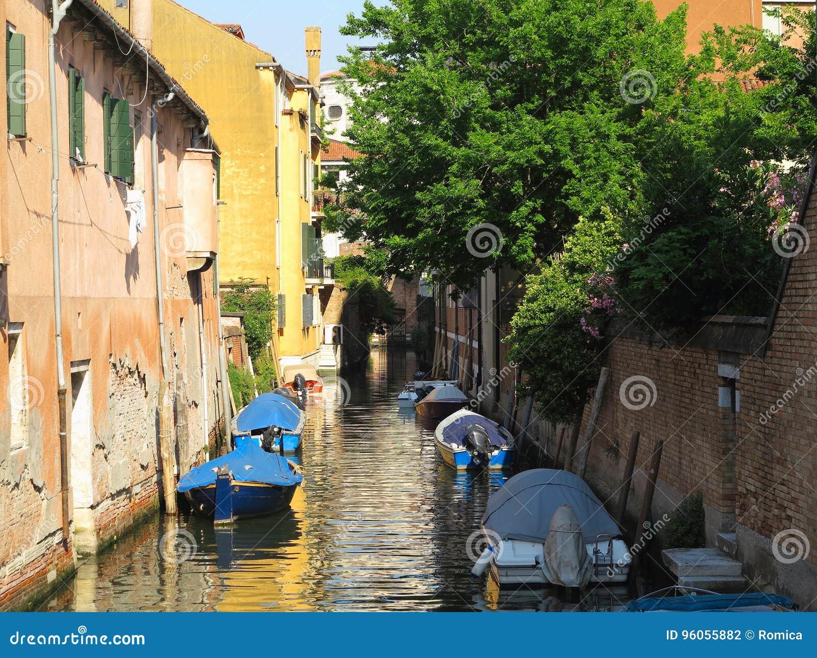 20 06 2017, Venise, Italie : Canal avec des bateaux et des façades colorées