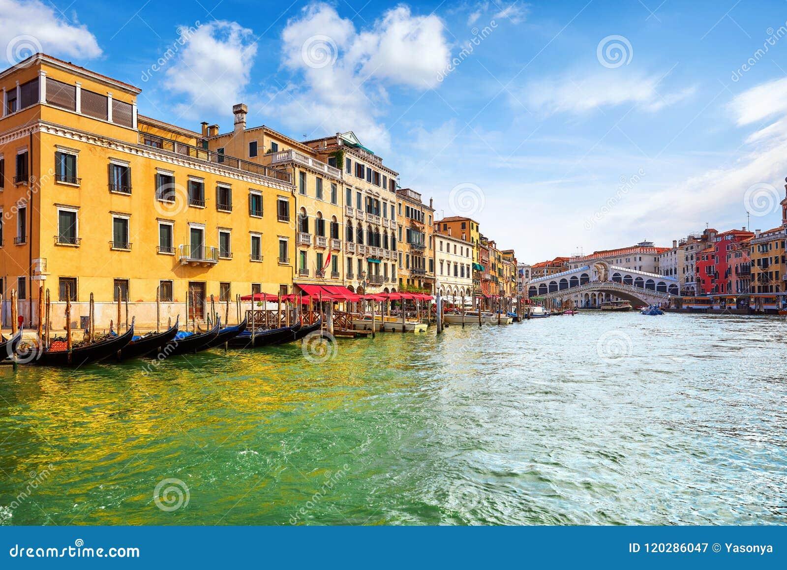 Venise, Italie Gondoles sur la Manche grande Vue de panorama au pont de Rialto piliers