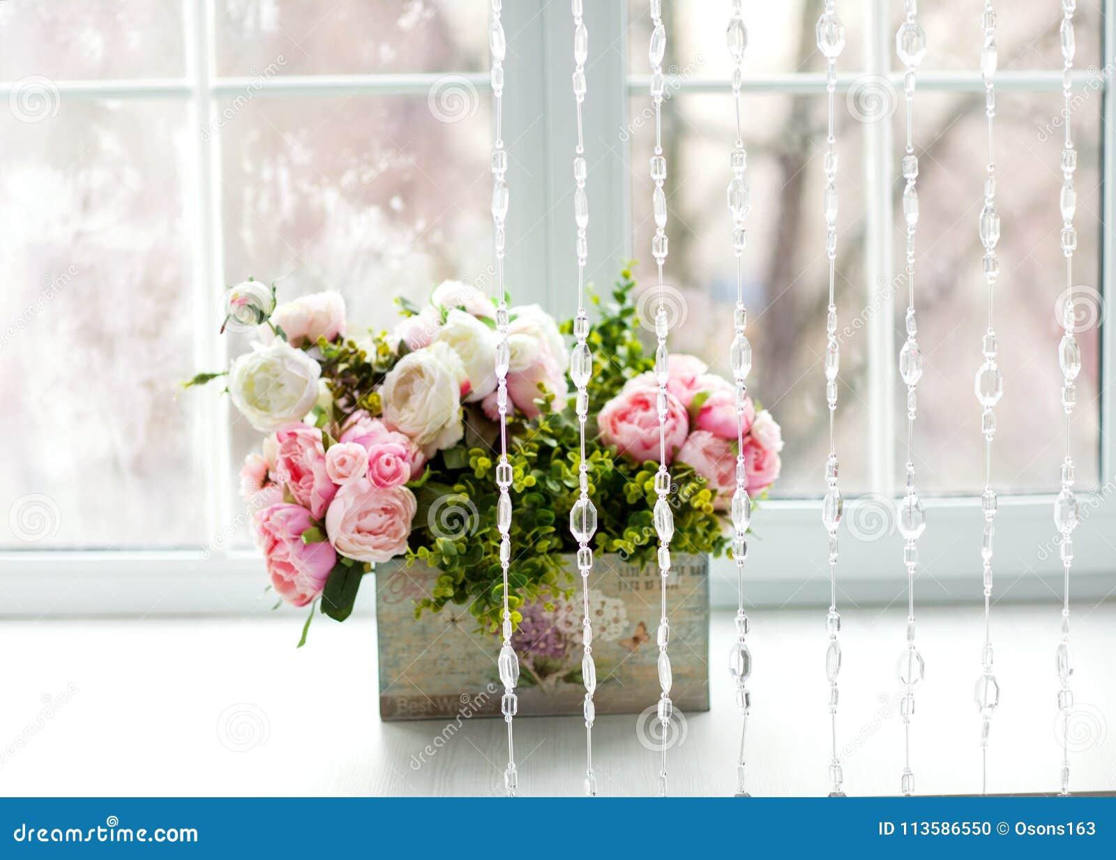 Venster met gordijnen en bloemen