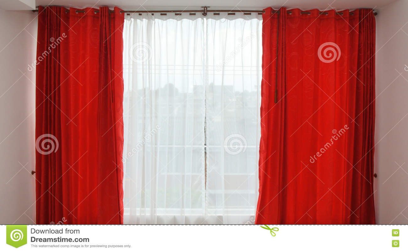 Venster Met Rode Open Gordijnen Stock Afbeelding - Afbeelding ...