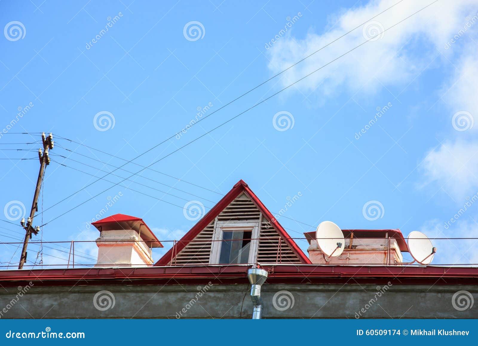 Venster op het dak en de zolder van een oud gebouw