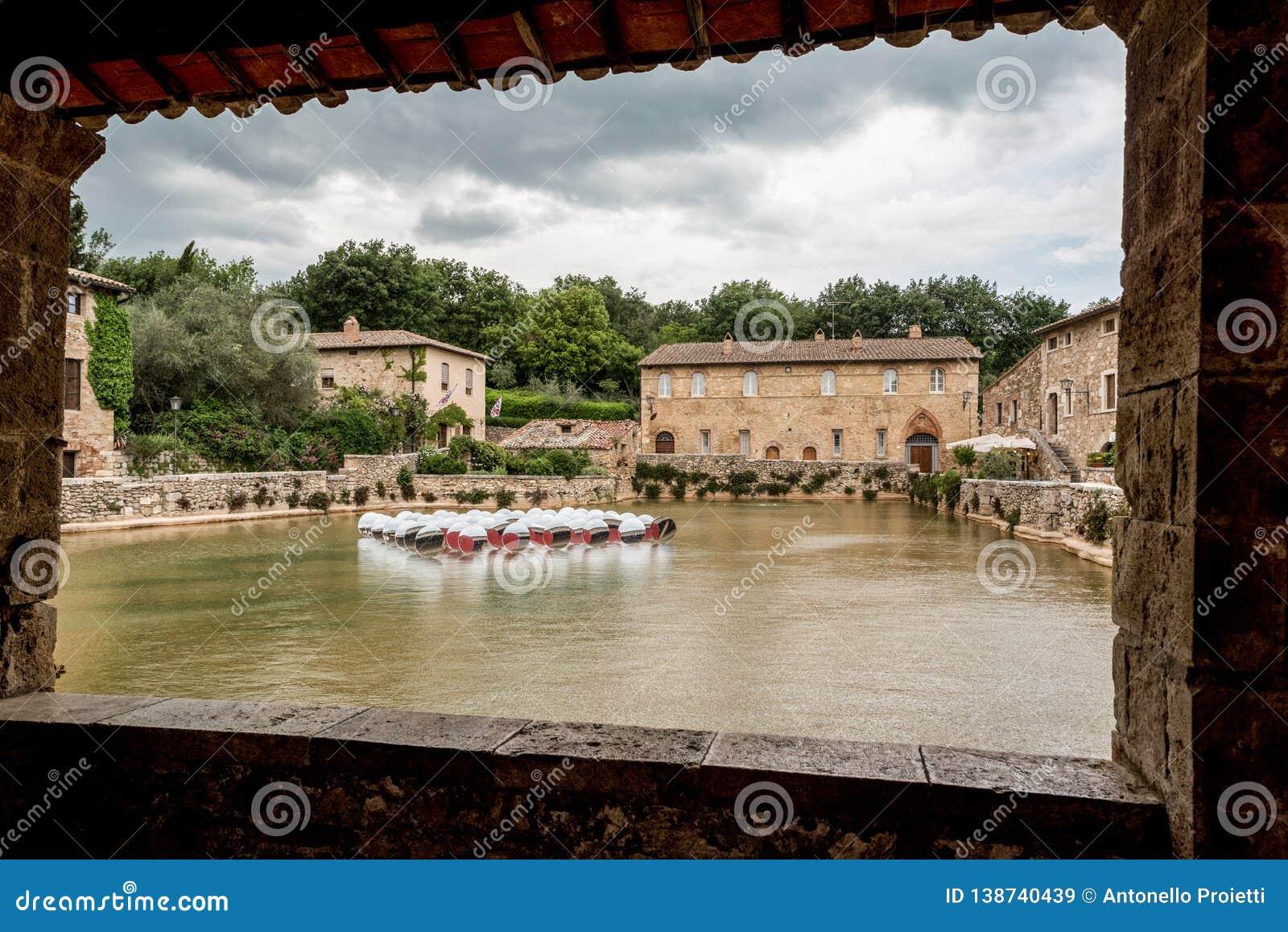 Venster op het zwembad met de bron van de thermische wateren van Bagno Vignoni