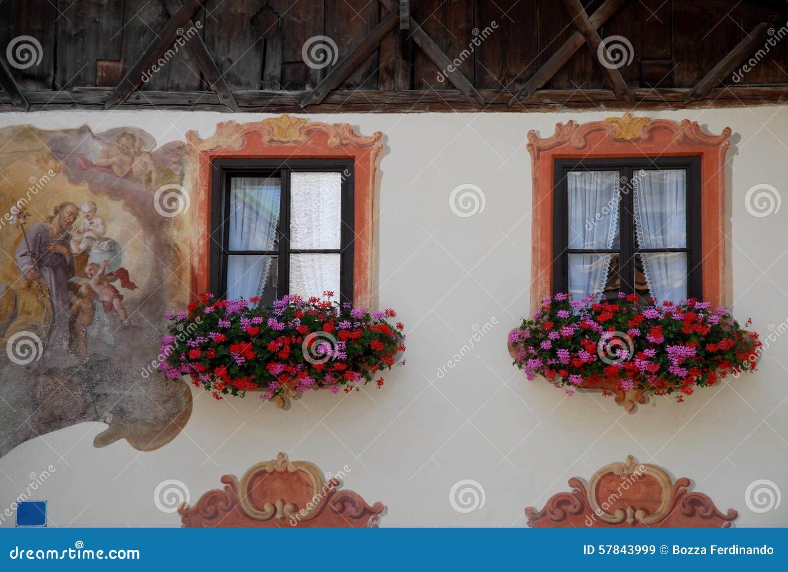 Vensters Met Gordijnen En Bloemen In Oberammergau In Duitsland Stock ...