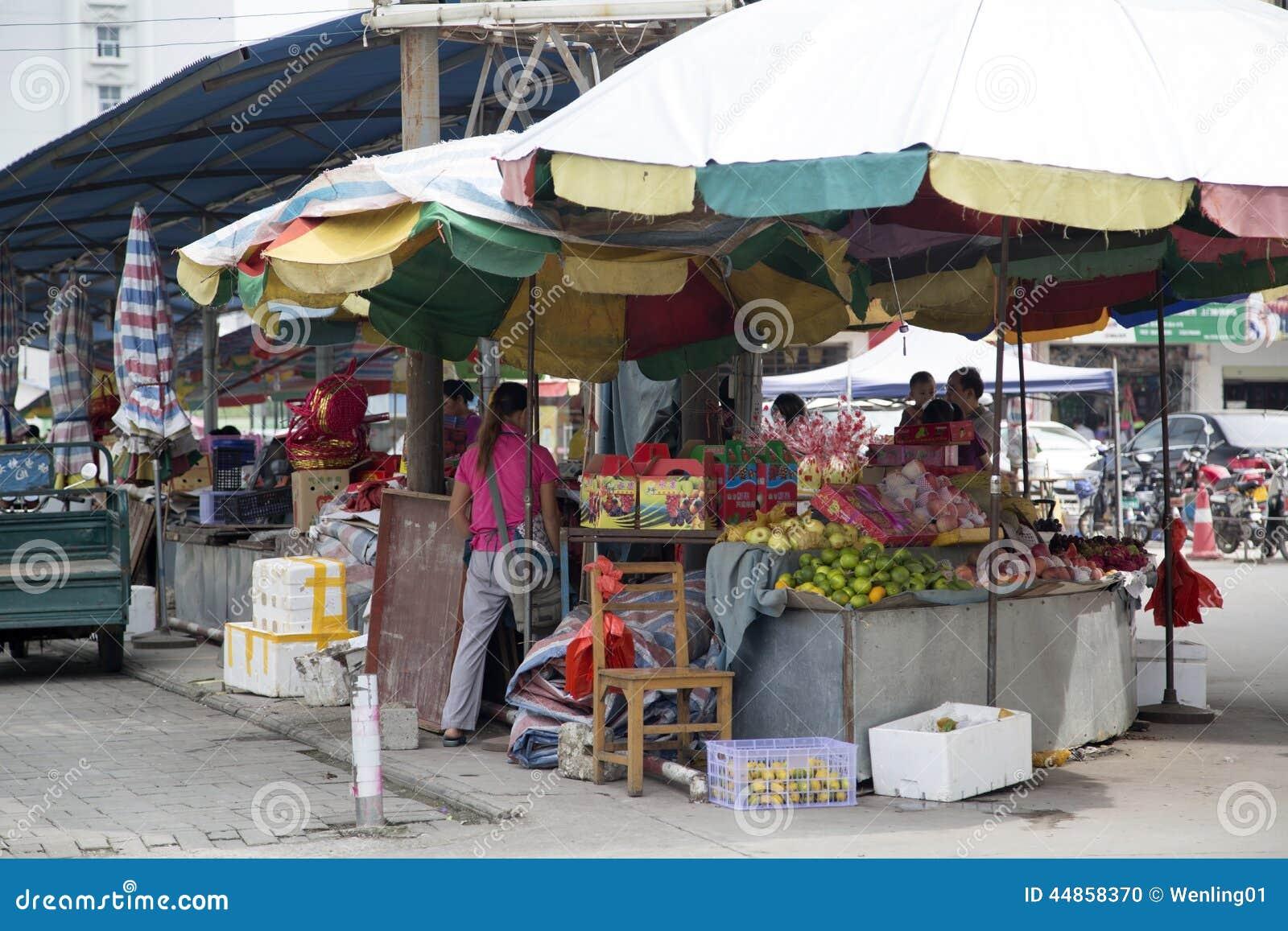 Venta de las frutas en mercado del granjero