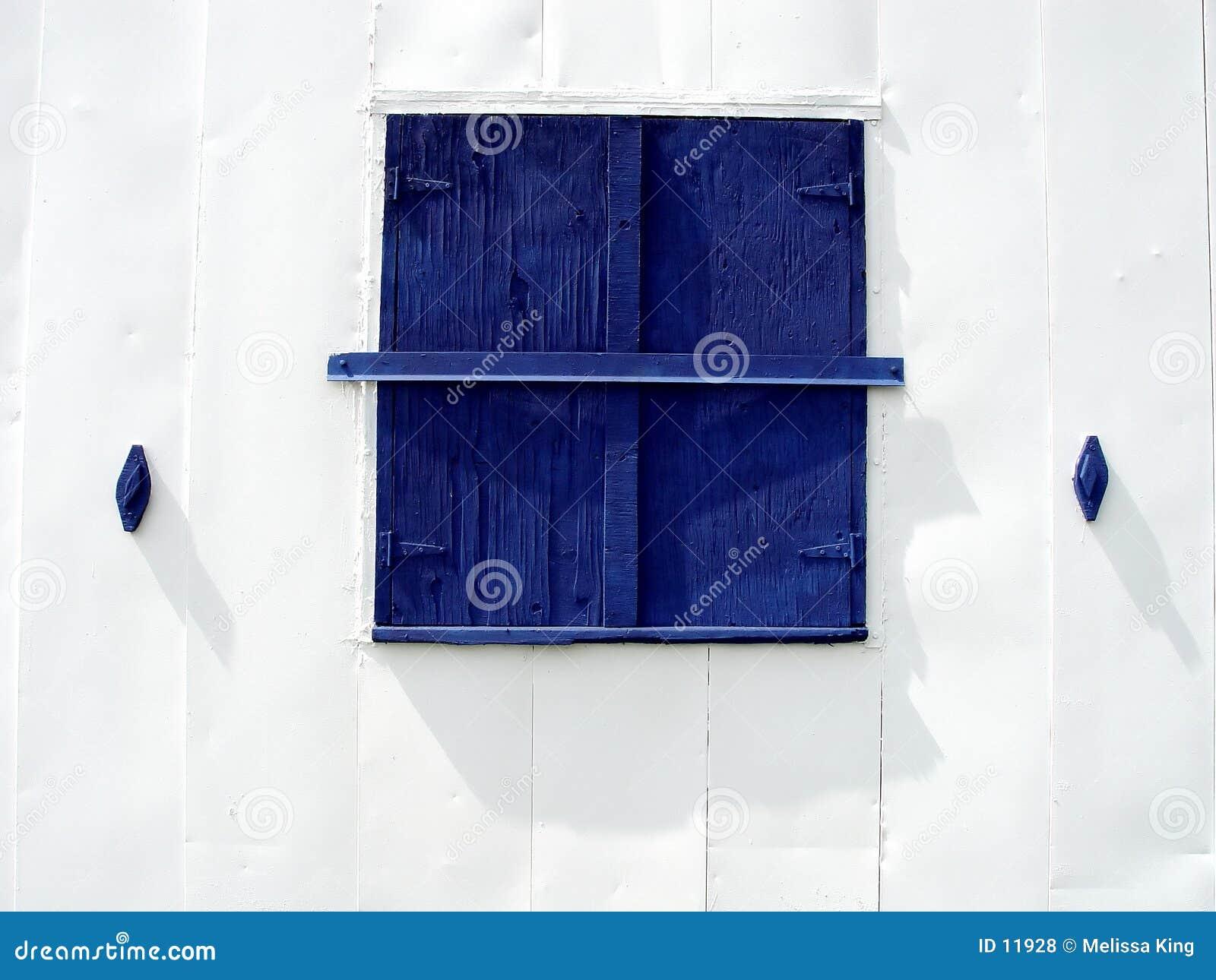 Ventana azul del granero