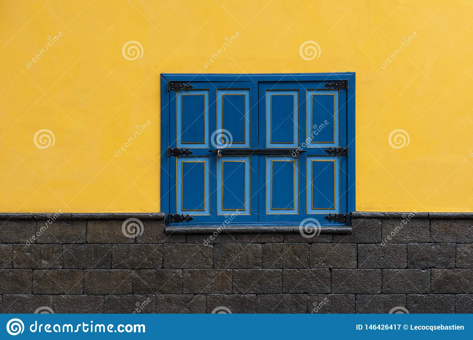 Ventana azul en la fachada amarilla, Cuenca, Ecuador