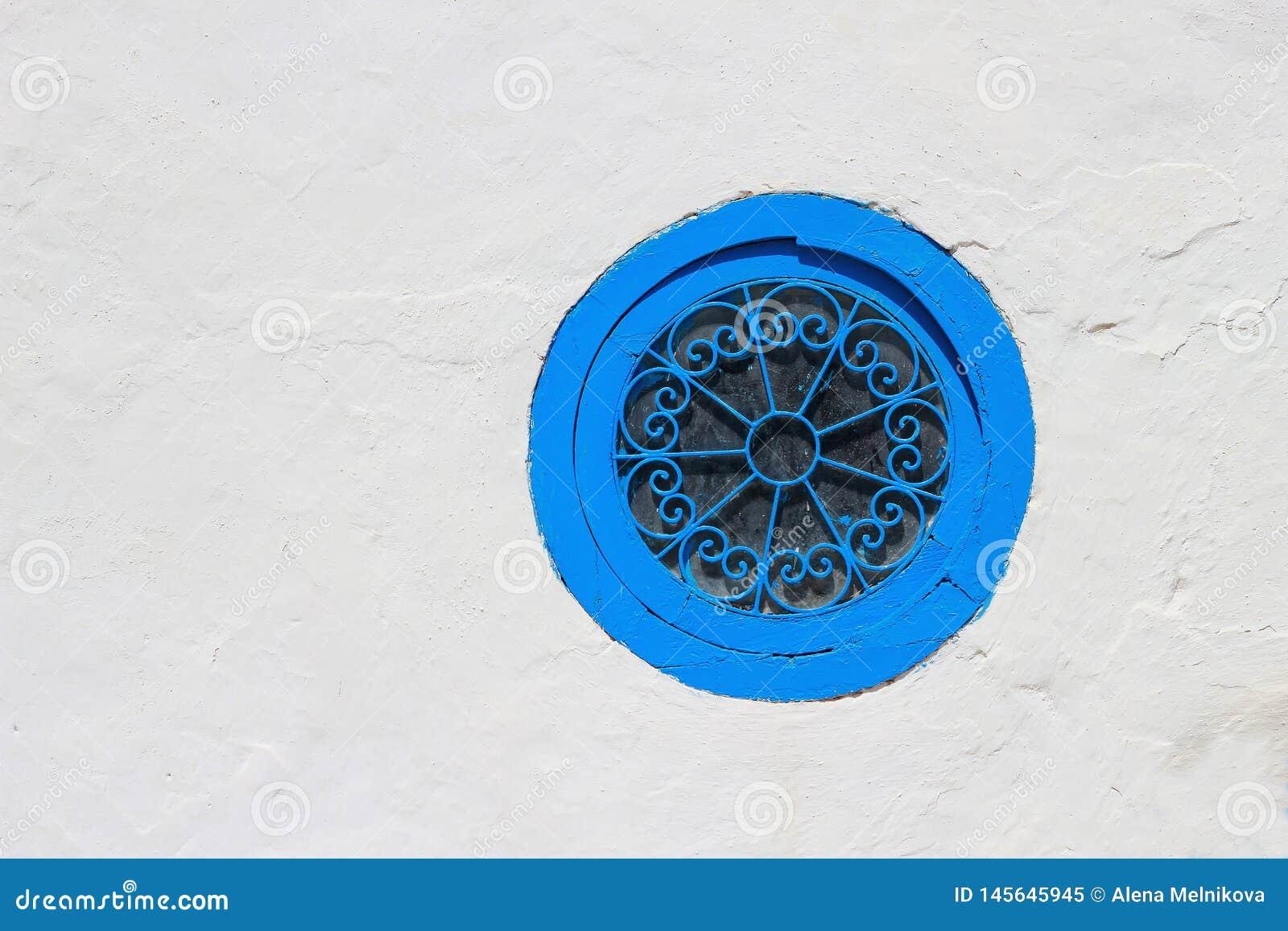 Ventana azul en la pared