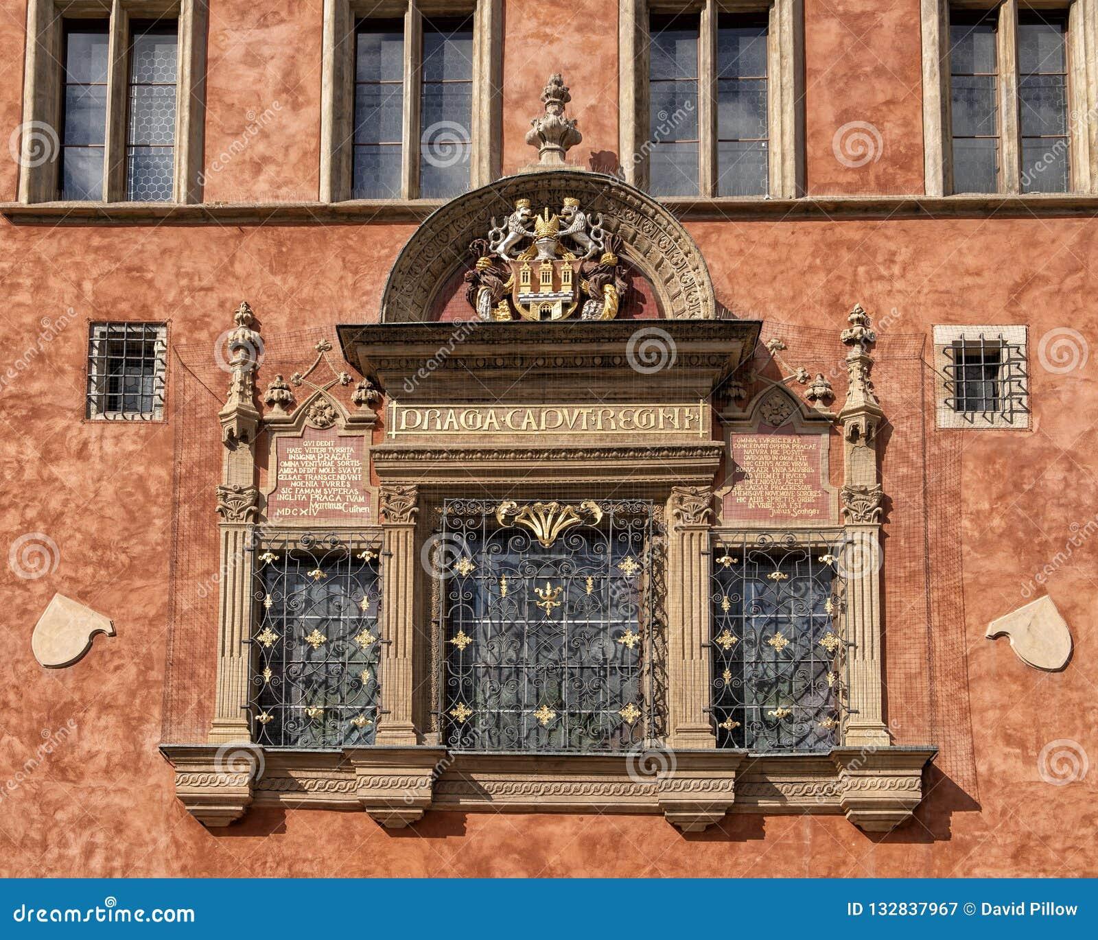 Ventana con el mayor escudo de armas de la versión de la ciudad de Praga, ayuntamiento viejo, República Checa de Praga