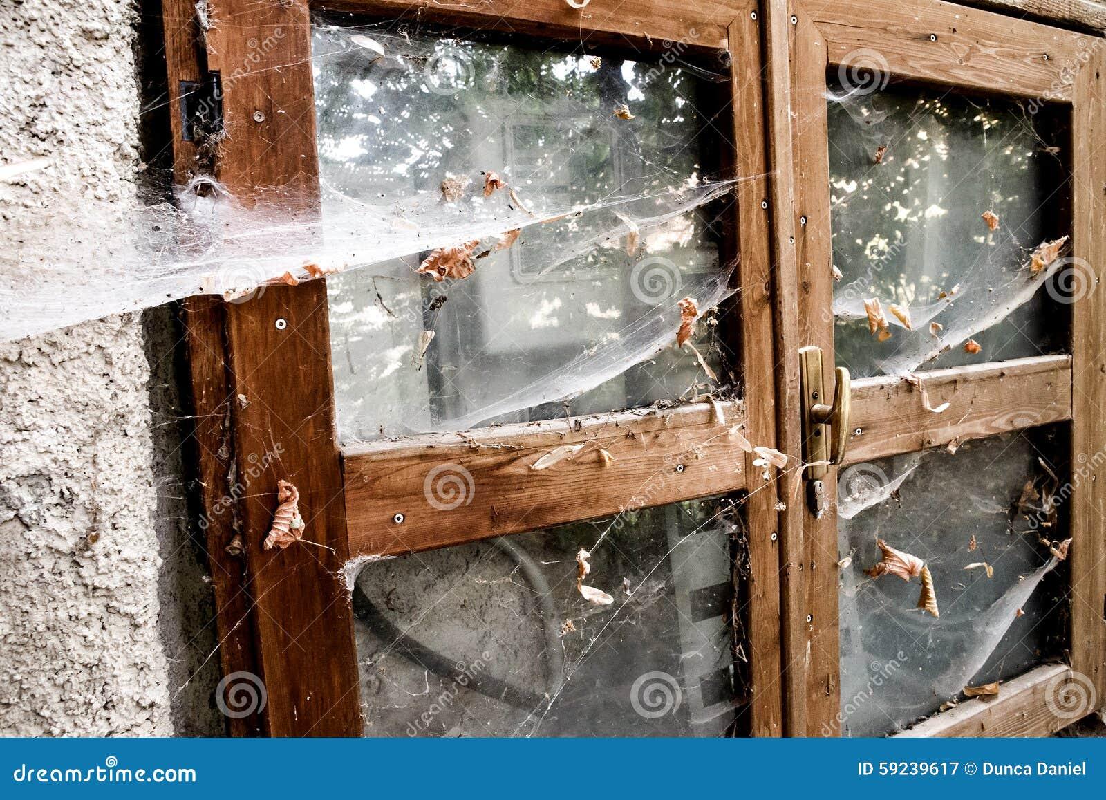 Download Ventana Dañada Del Edificio Retro Abandonado Imagen de archivo - Imagen de casa, grungy: 59239617