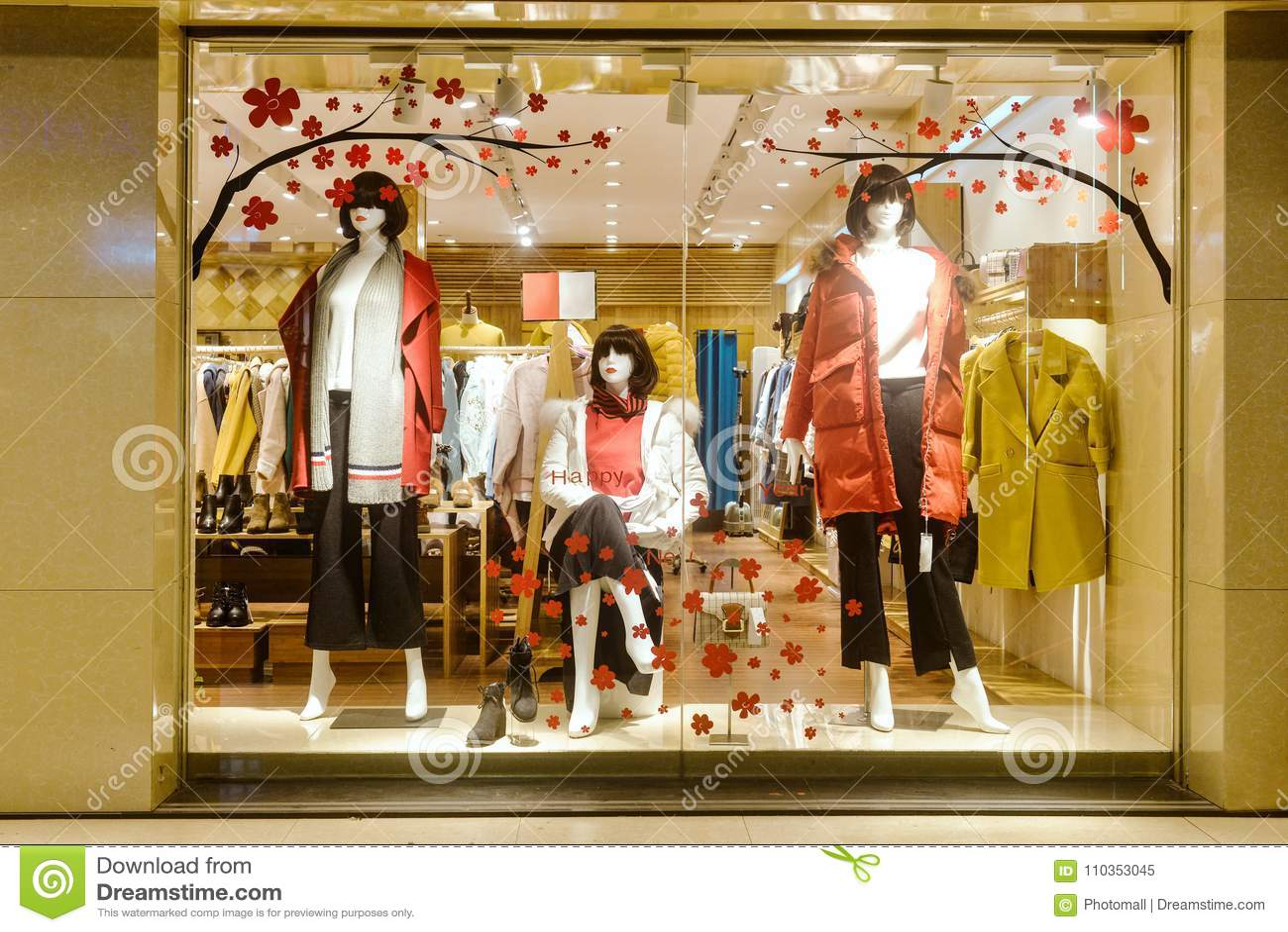 efe481a4c0b7 Ventana De Exhibición Del Boutique De La Moda Con Los Maniquíes ...