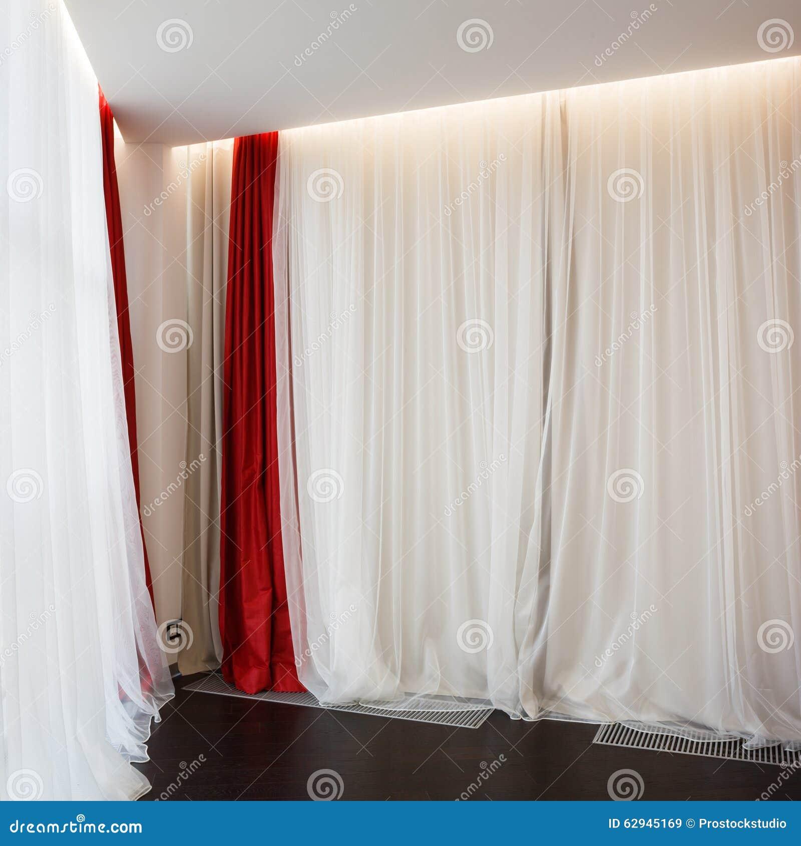 ventana de la sala de estar con las cortinas rojas