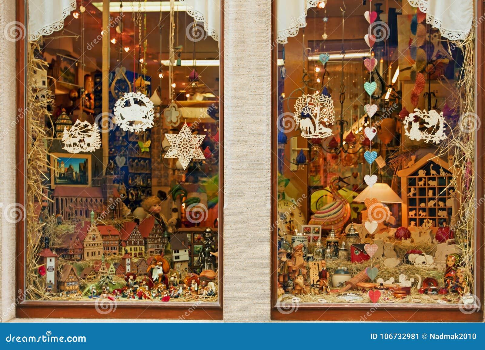 Ventana De La Tienda Con Los Juguetes De Madera Imagen de archivo . 8784423701d