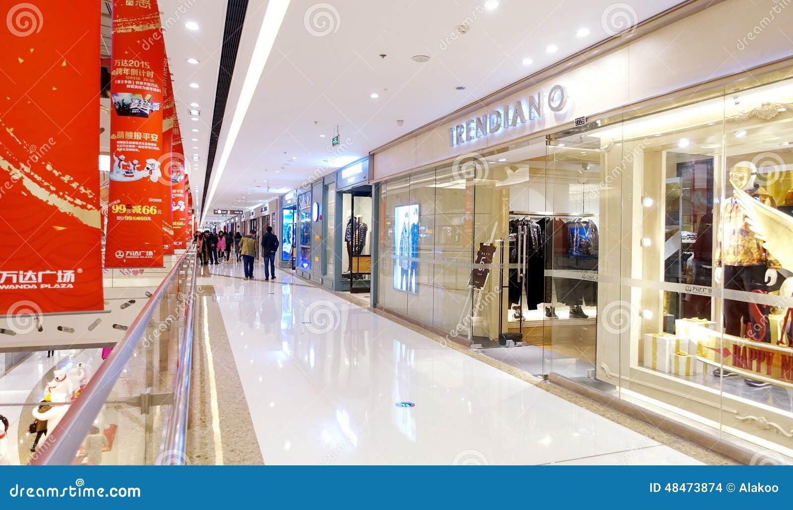 Ventana de la tienda en la alameda de compras de la ciudad, interior del centro comercial moderno con la ventana de exhibición de