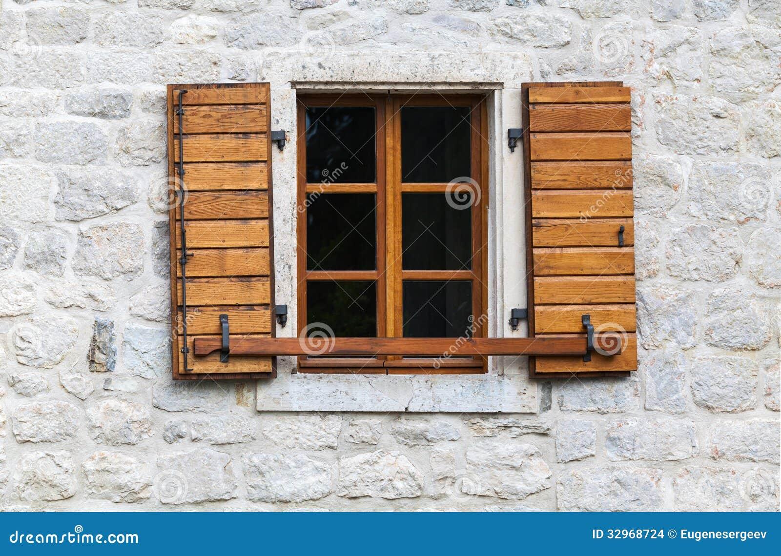 Ventana de madera con las persianas abiertas foto de for Ventanas en madera