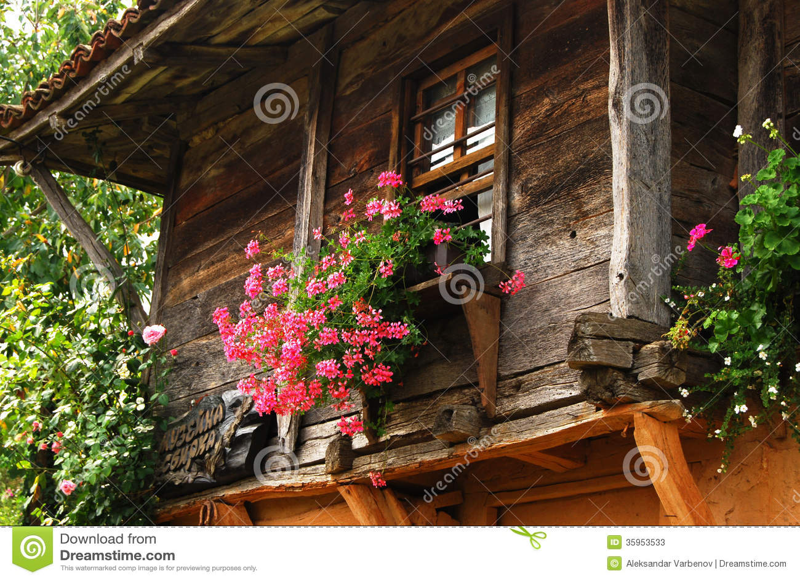 Ventana de madera de la casa de campo